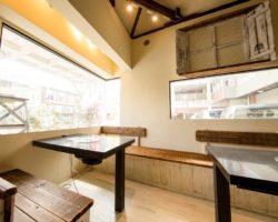 大きなガラス窓に囲まれ解放感の溢れる空間で焼肉をお楽しみできるテーブル席